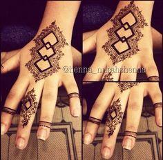 Those three diamonds are wonderful. Beautiful Henna Designs, Beautiful Mehndi, Latest Mehndi Designs, Mehndi Designs For Hands, Henna Tattoo Designs, Mehandi Designs, Mehndi Tattoo, Mehndi Art, Henna Mehndi