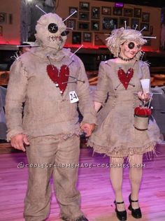 Disfraz de pareja de muñecos de vudú - Voodoo Doll Couple Costume http://ideas.coolest-homemade-costumes.com/2014/11/04/coolest-voodoo-doll-couple-costume/