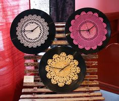 Pitsikelloja ------ Wall clocks made out of recycled crochet doily Crochet Wall Art, Doily Art, Painted Glass Bottles, Diy And Crafts, Arts And Crafts, Fillet Crochet, Cool Clocks, How To Make Wall Clock, Diy Clock