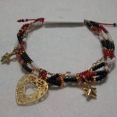 Pulsera Corazón estelar Materiales: Dijes, cadena y accesorios en oro goldfield mostacillas checas, hilo Valor: $12.000
