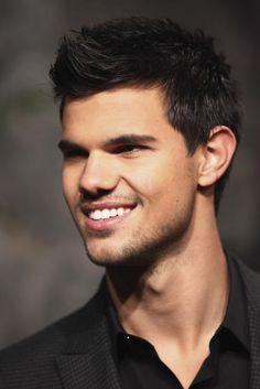 """Taylor Lautner  Por enquanto, Taylor só aparece em um filme nesse ano – """"Gente Grande 2"""". Para 2014 ele está gravando """"Tracers"""". Esperamos mais notícias, Taylor!!!!"""
