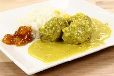 Boller i Karry - Meatballs in curry Danish Cake, Always Hungry, Biscuit Recipe, Guacamole, Deserts, Curry, Rice, Cooking Recipes, Restaurant