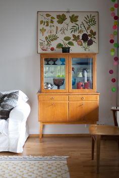 Living room - Vintage cupboard and plant chart - Vihreä Talo Living At Home, Living Room Modern, Living Room Lighting, Living Room Decor, Scandinavian Interior Design, Layout, Retro Home Decor, Cabinet, Interior Design Inspiration