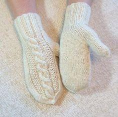 Lapaset intialaisella peukalokiilalla High Socks, Knit Crochet, Knitting, Knits, Charts, Crocheting, Diy, Fashion, Gatos