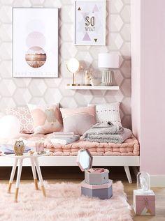 DECORA TU DORMITORIO EN ROSA CON COLOR BRONCE  Hola Chicas!!!  El color rosa combinado con accesorios decorativos en color bronce son los tonos que se ha puesto más de moda en las últimas temporadas, ya que nos ayuda a conseguir un toque sofisticado y femenino.