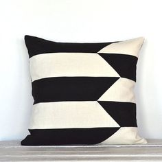 Graphic Broken Stripe Colorblock Pillow Cover – Black / Off White Combo Graphic Broken Stripe Colorblock Kissenbezug – Schwarz / Off White Combo Stenciled Pillows, Diy Pillows, Decorative Pillows, Throw Pillows, Bolster Pillow, Throw Pillow Covers, Patchwork Pillow, Quilted Pillow, Pillow Inspiration