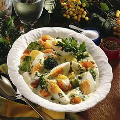 Eier-Frikassee mit Broccoli Rezept | LECKER Frugal Meals, Pasta Salad, Potato Salad, Recipies, Low Carb, Potatoes, Chicken, Meat, Ethnic Recipes