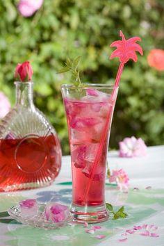 Letní osvěžení ze zahrádky. Domácí drinky z bezinky, levandule i růže Glass Vase, Wine, Drinks, Bottle, Foods, Summer, Recipes, Food Food, Beverages