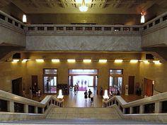 東京国立博物館本館、内部の様子を。入口を入ったらすぐの大階段の広間の荘厳さに圧倒...
