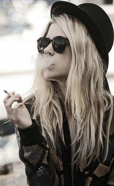 Smoke looks cool. Look Rock, Women Smoking, Girl Smoking, Hipster Girls, Bowler Hat, Culottes, Favim, Looks Cool, Boho