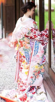 Uchikake ~ a highly formal kimono worn by a bride or at a stage performance. It is supposed to be worn outside the actual kimono (called kakeshita or kosode) and obi (sash), as a sort of coat. Japanese Outfits, Japanese Fashion, Japanese Beauty, Asian Beauty, Moda Kimono, Furisode Kimono, Kimono Dress, Kimono Japan, Sari