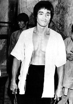 Bruce behind the scenes of Enter the dragon
