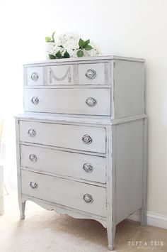 What a charming piece restored by @tuftandtrim using our One Step Paint in color Atelier!😍 We love the simple details that give it a timeless look and a romantic feel!  Comment below if your love it as much as we do!❤️