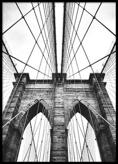 Print with a photo of the architecture of the Brooklyn Bridge. Black and white photo wall art, looks good alone or in a collage. www.desenio.com