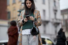 El mítico estampado a cuadros de Burberry toma las calles de las Semanas de la Moda #streetstyle
