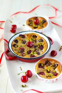 Cherry creamy clafoutis with ricotta cheese and pistachios (in French) Bon Dessert, Dessert Recipes, Desserts, Ricotta, Cherry Clafoutis, Cake Factory, Afternoon Snacks, Queso, Pistachios