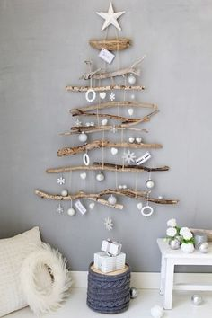 スペースを取らずにツリーを飾りたいなら、こんなタペストリータイプはいかがですか。材料が揃えば、作り方は意外と簡単です。   【材料】 ・流木 ・麻ひも ・その他お好みのクリスマスオーナメント  【作り方】 流木をツリーになる長さに揃え、紐で結び、お好みのガーランドをぶらさげれば完成です。