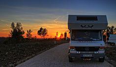 Sonnenuntergang an der Algarve. Aufgenommen am Bravura Stausee im Inland.