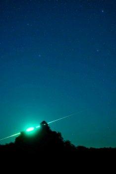Ein Feuerball leuchtet am Himmel über Salgotarjan, Ungarn. Die Aufnahme entstand, als ein Meteor am Himmel verglühte und für dieses Spektakel gesorgt hat.