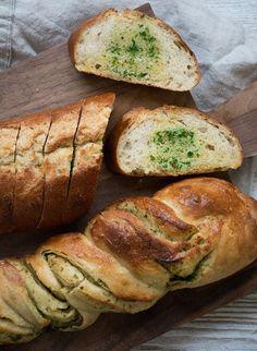 Hvidløgsbrød Valdemarsro - to varianter, video Real Food Recipes, Snack Recipes, Cooking Recipes, Yummy Food, Snacks, Drink Recipes, Baking Buns, Bread Baking, Bread Food