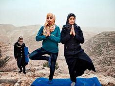 """Tanya Habjouqa creció entre Jordania y Texas (Estados Unidos). Realizó el proyecto fotográfico con una subvención de Magnum e hizo la mayor parte de las fotos entre enero y septiembre de 2013 cuando estaba embarazada de su segundo hijo. En """"Occupied Pleasures"""" observa los pequeños -pero no por ello insignificantes- momentos de la vida […]"""
