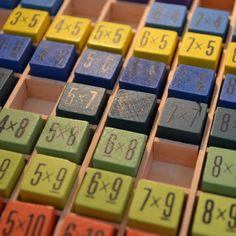 Tafels oefenen en automatiseren! En hoe doe je dat? Herhalen, herhalen, herhalen, helemaal leuk met een van deze 7 korte spellen.