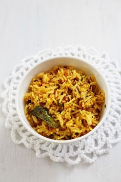 Phodnicha bhaat recipe - This is maharashtrian style seasoned rice recipe. Phodni means tempering or seasoning while bhaat means rice. Best Vegetarian Recipes, Indian Food Recipes, Asian Recipes, Veg Dishes, Rice Dishes, Seasoned Rice Recipes, Maharashtrian Recipes, Leftover Rice, Biryani Recipe
