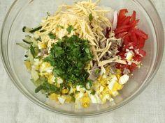 Ингредиенты:  говядина — 300 г; огурец свежий — 2 шт.; лук репчатый — 1 шт.; помидор — 2 шт.; чеснок — 1 зубчик; яйца варёные — 3 шт.; сыр твёрдый — 100 г; зелень — 1 пучок; йогурт (майонез или сметана) — по вкусу; соль, перец — по вкусу.  Приготовление:  Отварную говядину нарезать ку
