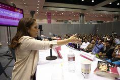 """En #LéaLA2013 Fernanda Familiar presentó su libro """"¡No la vi venir!"""", en el cual reúne historias diversas llenas de acontecimientos asombrosos. Dinos """"me gusta"""" si te llevaste a casa este libro."""