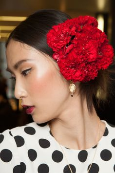 Runway Beauty: Spanish Red Lips at Dolce & Gabbana Spring/Summer 2015 (Makeup For Life) Dolce & Gabbana, Giorgio Armani, Date Night Hair, Runway Makeup, 2015 Hairstyles, Spring Summer 2015, Models, Flowers In Hair, Flower Crown