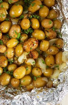 Tender, buttery Grilled Garlic Potatoes in Foil recipe is easy and simple. The BEST summer side dish or tailgating snack. Totally addicting! | @suburbansoapbox