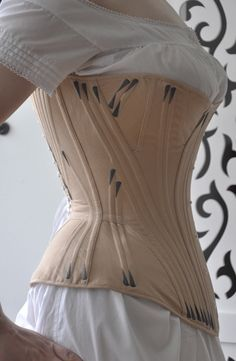 Because I have previously tried only the corset types with shaped panels or with a hip basque I have been very curious to give a proper guss.Before the Automobile: Gusseted corset. It's beautiful and very will made, but my back and ribs hurt just thi Motif Corset, Corset Pattern, Pattern Sewing, Victorian Corset, Victorian Fashion, Vintage Fashion, 1900s Fashion, Historical Costume, Historical Clothing