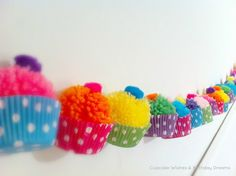 LOVE Pom-Poms AND Garland! Yarn Pom-Pom Cupcake Garland - there's no tutorial but I could figure it out. Kids Crafts, Diy And Crafts, Craft Projects, Arts And Crafts, Preschool Crafts, Decor Crafts, Craft Ideas, Cupcake Garland, Party Garland