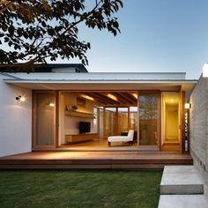 縁側といえば古くから伝わる日本家屋を思い浮かべる人も多いのではないでしょうか。でも実は縁側は根強い人気があり、スタイルを変えながら…