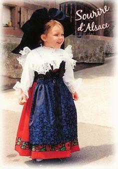 De beroemde Elzasser kap is het meest opvallende aan de klederdracht. Vanaf 1840 werd de kap steeds wijder. De protestantse vrouwen droegen hem enkel in het zwart. De schort werd overal in de Elzas gedragen en was eenvoudigweg wit. Op zondagen werden er echter ook zijden of satijnen schorten gedragen, opgesierd met veel borduurwerk.