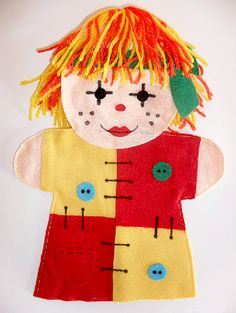 Pra Gente Miúda: Fantoche da Emília feito em feltro Felt Puppets, Hand Puppets, Hand Socks, Baby Quiet Book, Easy Sewing Projects, Recycled Crafts, Felt Ornaments, Baby Sewing, Softies