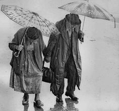 walking in the rain. I am walking in the rain. Couples Âgés, Vieux Couples, Grow Old With Me, I Love Rain, Growing Old Together, Lasting Love, Singing In The Rain, Walking In The Rain, Under My Umbrella