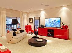 O quarto tem um espaço para a televisão, com direito a sofá, mesa de centro e frigobar (Foto: Victor Affaro)