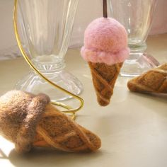 Needle Felted Strawberry Ice Cream Cone Ornament by fuzzefood Protein Ice Cream, Yogurt Ice Cream, Strawberry Ice Cream, Wool Needle Felting, Wet Felting, Ice Cream Crafts, Trim Healthy Recipes, Pink Christmas, Christmas Crafts