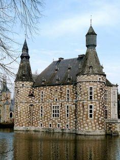 via By Sasha - Château de Jehay - Liege, Belgium Bruges, Monuments, Great Places, Places To See, Visit Belgium, Living In Europe, Castle House, Belle Villa, Amazing Buildings