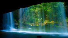 熊本県・阿蘇郡にある「鍋ヶ滝」。お茶のCMで、観光スポットとして一躍有名になりました。滝の裏側に回る事が可能なため、水のカーテンを通して森林を眺めるのも癒されそう。