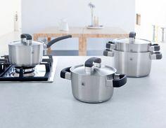 De roestvrijstalen BK Conical Cool pannen hebben een sandwichbodem met een aluminium kern. Dit zorgt voor een gelijkmatige en snelle warmtegeleiding vanaf de warmtebron. Dit maakt de pannen ook geschikt voor gebruik op alle warmtebronnen, inclusief inductie en in de oven tot 230°C.   De 5-delige Conical Cool pannenset van BK bestaat uit 3 kookpannen, een steelpan en een soeppan.