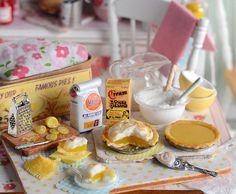 Miniature Baking Lemon Meringue Pie por CuteinMiniature en Etsy