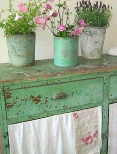 Shabby Chic Vintage Green Painted Table with Pots of Flowers . Cocina Shabby Chic, Shabby Chic Stil, Shabby Chic Kitchen, Shabby Chic Decor, Shabby Vintage, Vintage Decor, Cottage Chic, Cottage Style, Shabby Chic Furniture