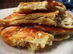 Φλαούνα ή κουλούρα ξηρομερίτικη .Μια φανταστική συνταγή για μια παραδοσιακή εύκολη και πεντανόστιμη πίτα απο τη Σοφη Τσιώπου        ΥΛΙΚΑ  2 1/2 κούπες περίπου χλιαρό νερό  1 φακελάκι μαγιά ξηρή  1 1/2 κουτ.γλ. αλάτι ψιλό  1/2 φλυτζάνι λάδι  1 κουτ.γλ. ζάχαρη  1 κιλό Healthy Greek Recipes, Pureed Food Recipes, Sweets Recipes, Cooking Recipes, Greek Appetizers, Greek Desserts, Feta, Greek Bread, Cyprus Food