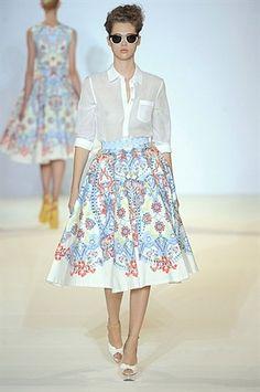 classic summer styling: a crisp white shirt and printed full skirt Gothic Fashion, Fashion Beauty, Luxury Fashion, Dirndl Skirt, London Spring, Retro Chic, Summer Trends, British Style, Summer Wardrobe