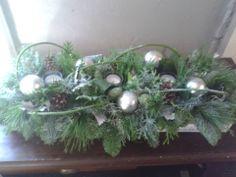 Salontafel kerststuk Christmas Wreaths, Christmas Decorations, Holiday Decor, Terrarium, Flower Arrangements, December, Fancy, Flowers, Home Decor