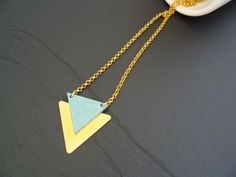 Wann ist das nächste Festival? Mit dieser geometrischen Kette bist du auf jeden Fall gut ausgestattet.  Die Kette hat eine einfache Länge von ca. 19cm und eine Kante des Dreiecks aus Messing...