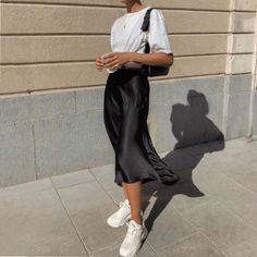 Discover the latest fashion trends from the most fashion forward women around the world. Look Fashion, Fashion Outfits, Womens Fashion, Summer Fashion Street Style, Winter Fashion, Guy Fashion, Fashion Skirts, Summer Street, 2000s Fashion