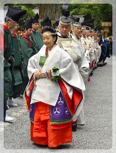 Wedding of Japan's Princess Sayako and her fiance Kuroda inToky, In. Japanese Festival, Japan Landscape, Kaiser, Asian Beauty, The Past, Religion, Royalty, Lotus Flowers, Chrysanthemum